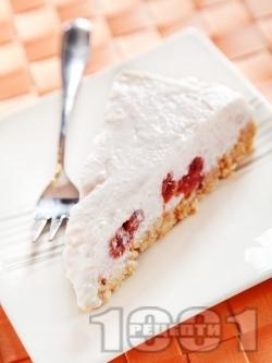 Бисквитена торта Малинов йогурт с блат от масло и натрошени обикновени бисквити закуска и пълнеж от кисело мляко, компот от малини, ванилия и желатин - снимка на рецептата